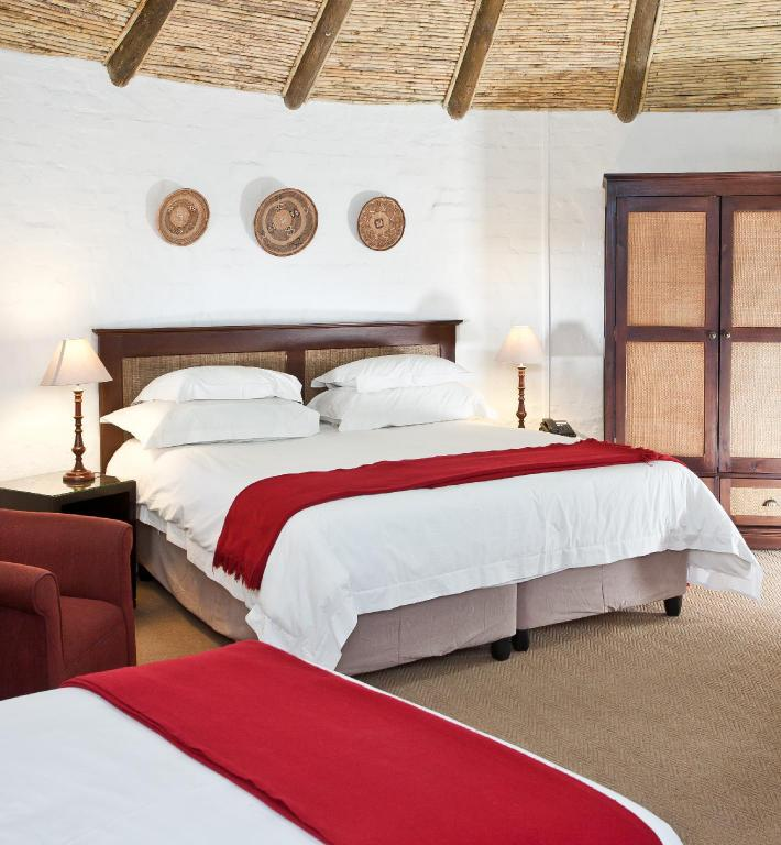 Family Chalet, Guest room, 2 Double or 2 Twin/Single Bed(s) - Bed Protea Hotel Oudtshoorn Riempie Estate