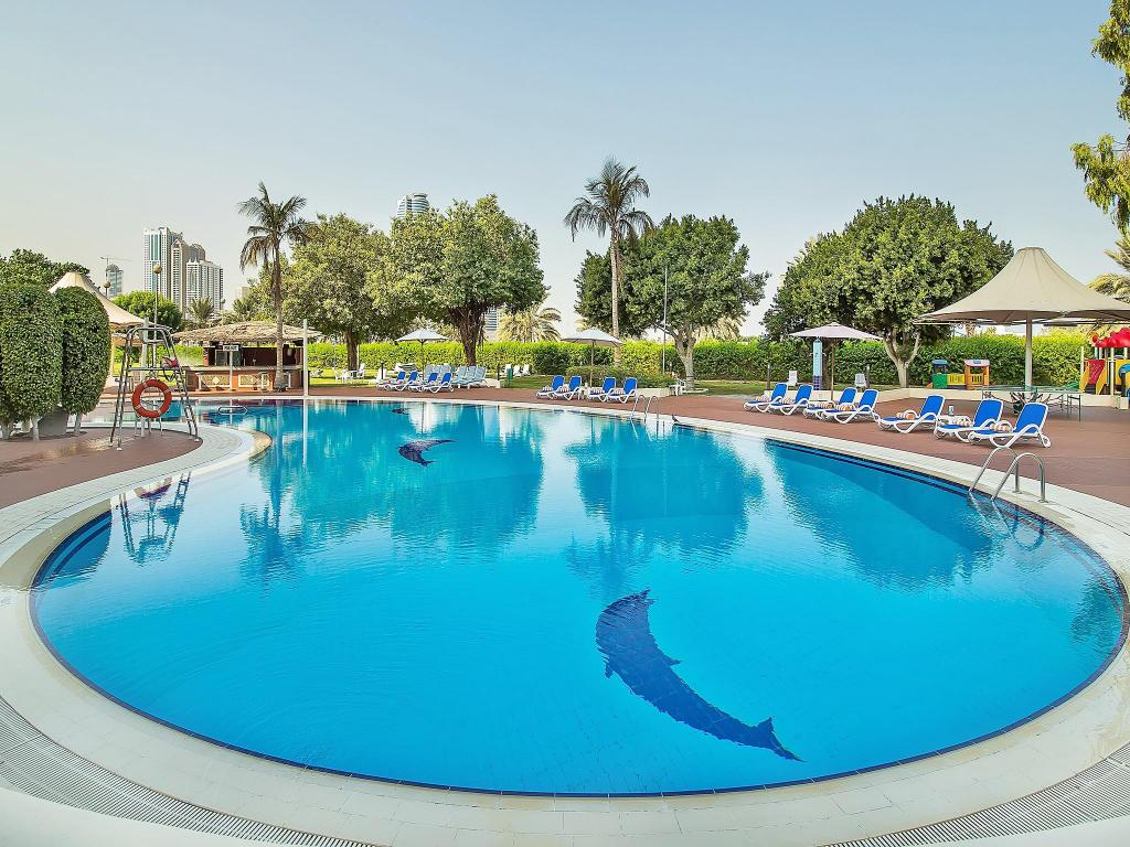 Piscina externa Hotel Holiday International