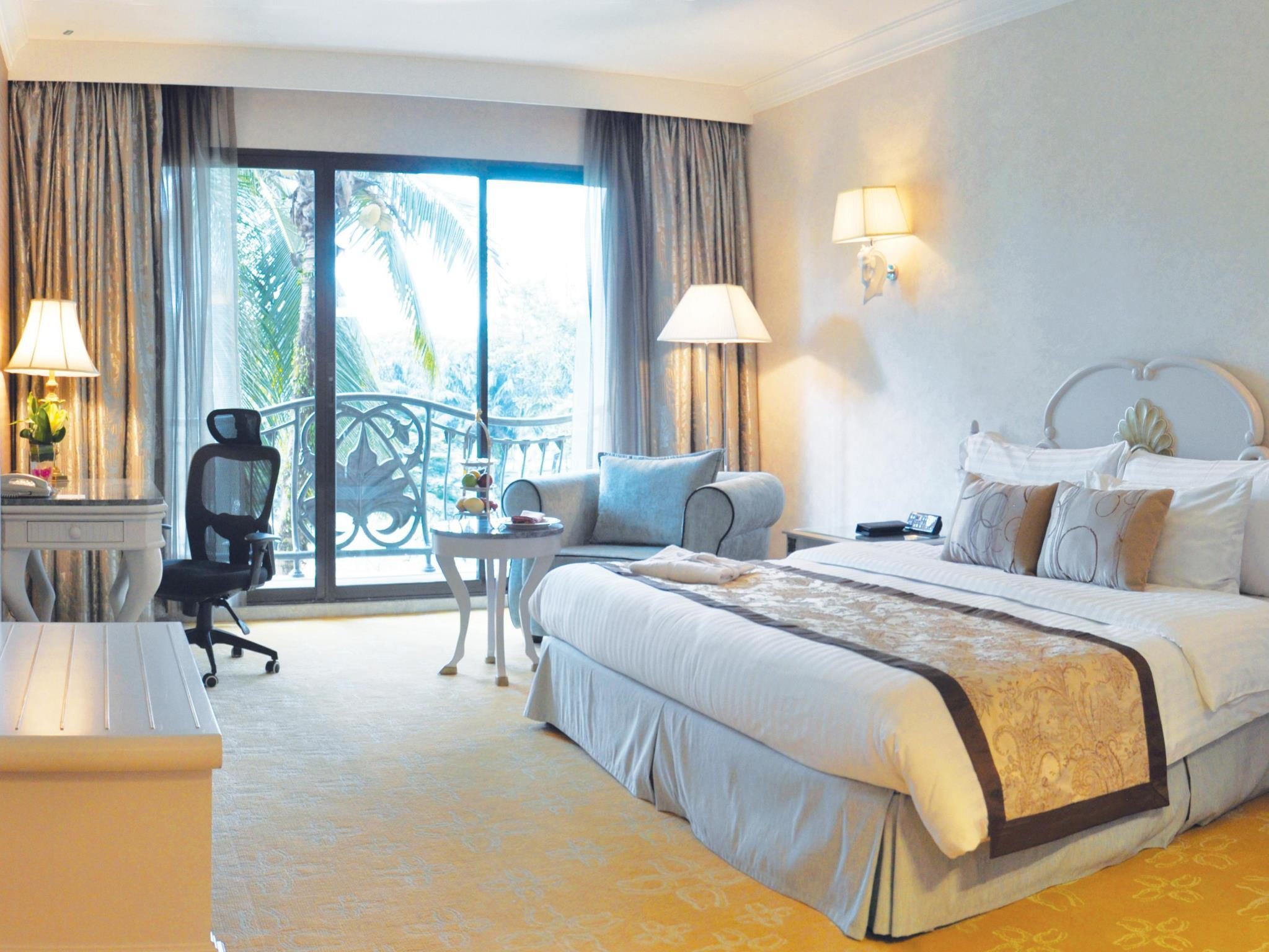 Club Deluxe Room with King Bed - Club Lounge Access for Adults Only