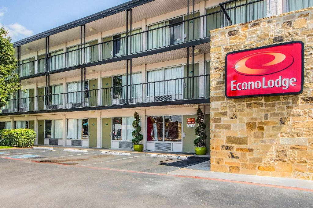 More about Econo Lodge Airport I-35 North