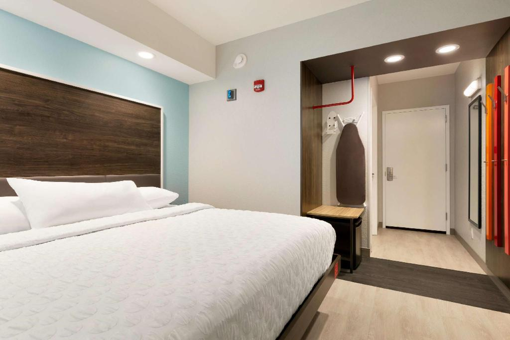1 King Hearing Accessible - Guestroom