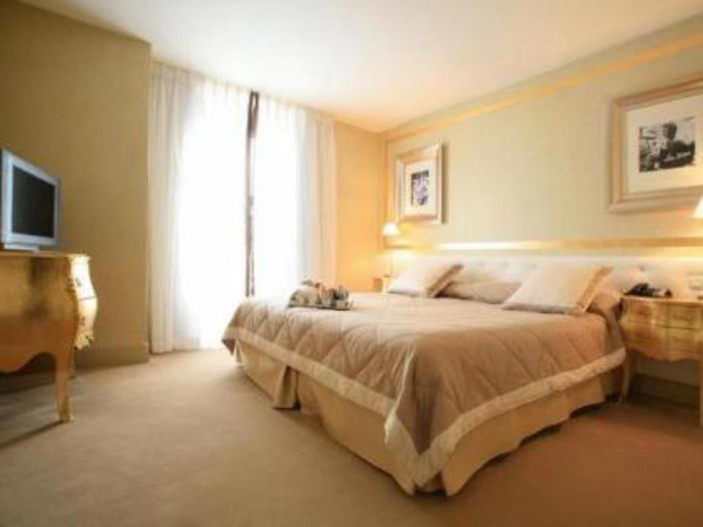 Classic Double or Twin Room - Guestroom Hotel Renoir