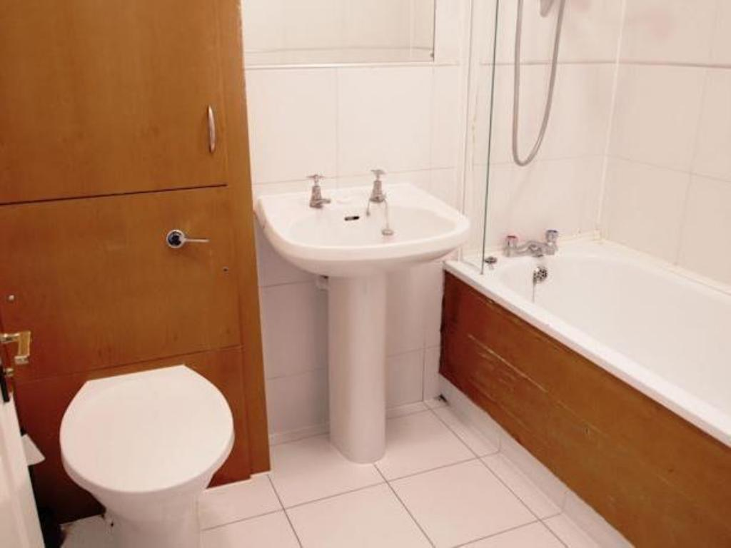 2 Bedroom Apartment (5 Adults) - Bathroom Acorn of London - Bakers Row Apartments