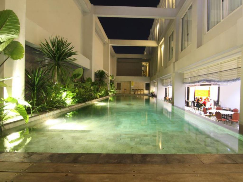 Swimming pool Megaland Hotel Solo