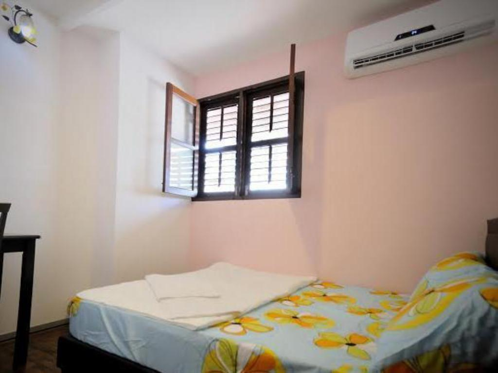 Standard Double Room with Shared Bathroom - Guestroom Thirty Three Stewart Houze Guest House