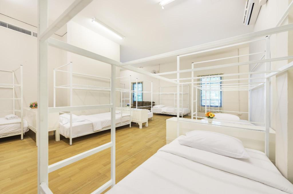 1 Person in 6-Bed Dormitory with Air Conditioning, Shared Bathroom - Mixed