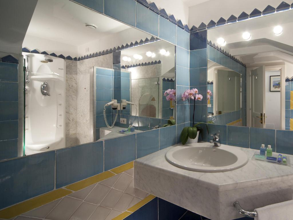 Single Room with Sea View - Bathroom Hotel Miramalfi