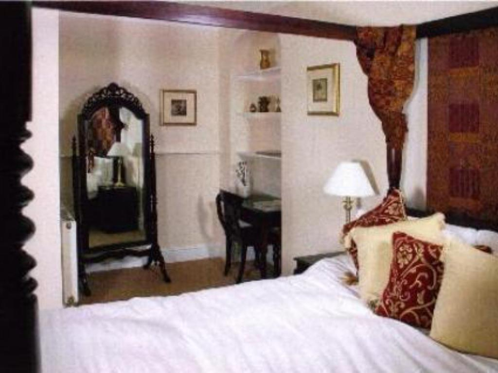 Double Room Four Poster Bed - Guestroom Corncroft Guest House