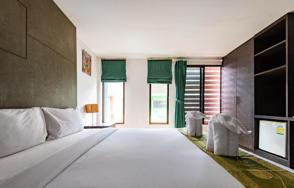 Standard King Room - Bed BGW Phuket