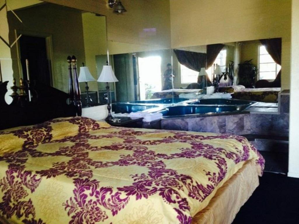 King Room with Whirlpool Bathtub