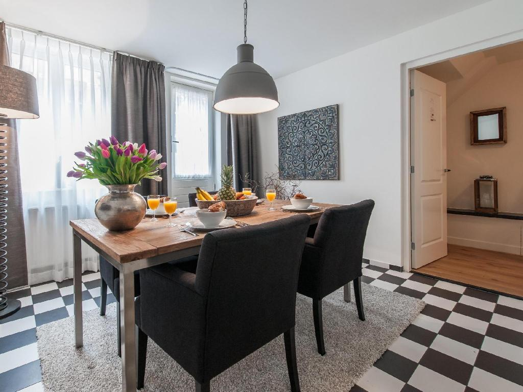 Two-Bedroom Apartment - Dining room/area Vondelgarden Apartments