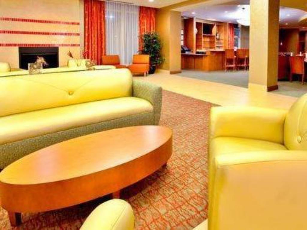 Lobi Holiday Inn Richmond Airport