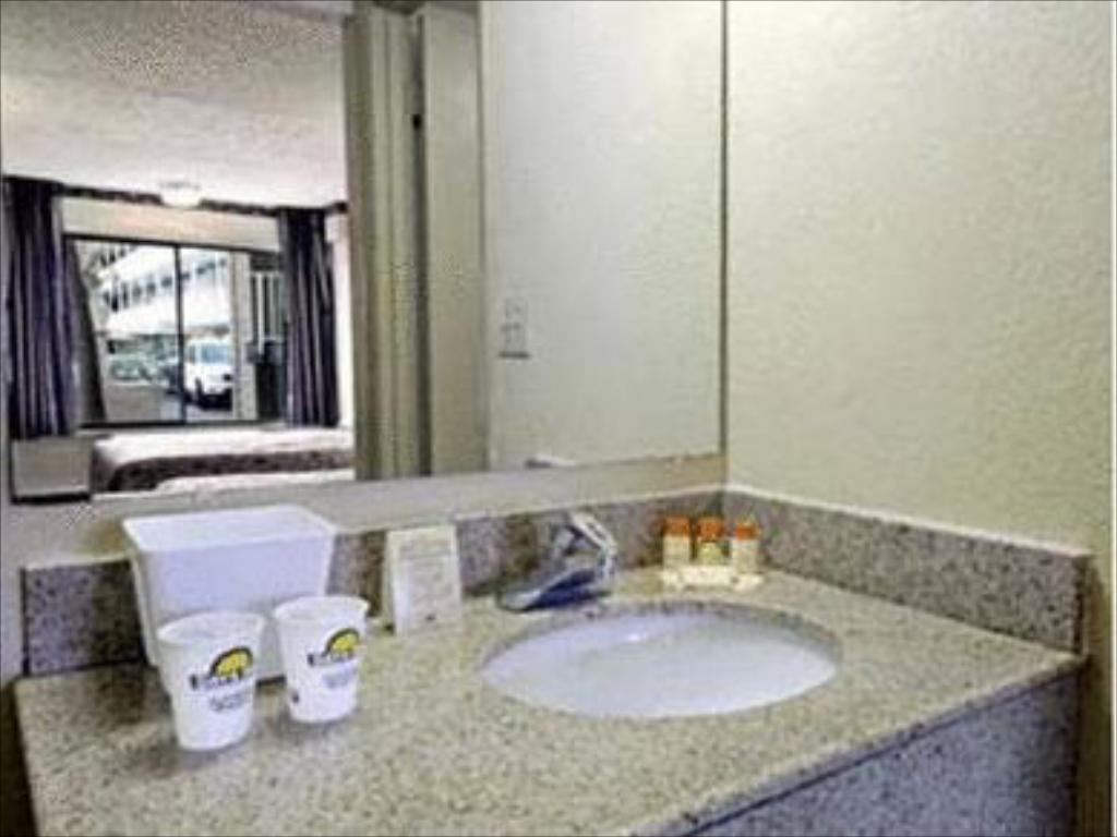 Days inn tampa north of busch gardens in tampa fl room deals photos reviews for Days inn tampa north of busch gardens