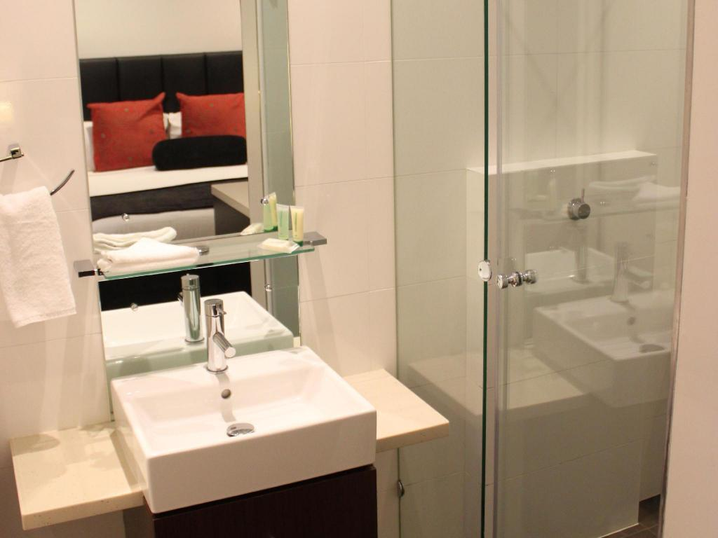 Deluxe Spa Room - Bathroom Ramada Perth The Outram