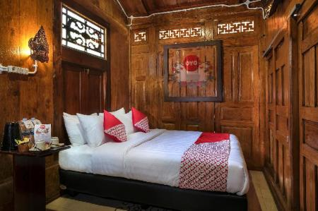 Deluxe Double Room - Bed OYO 300 Kampoeng Joglo