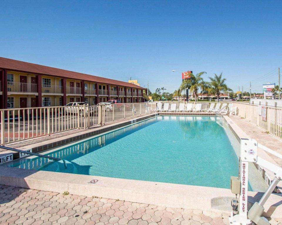 Swimming pool [outdoor] Econo Lodge  Inn and Suites Maingate Central