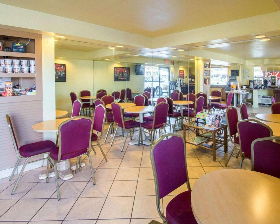 Coffee shop Econo Lodge  Inn and Suites Maingate Central