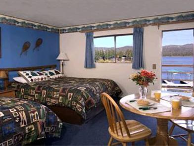 Cameră Queen cu 2 paturi queen-size şi vedere la lac  (Queen Room with Two Queen Beds and Lake View)