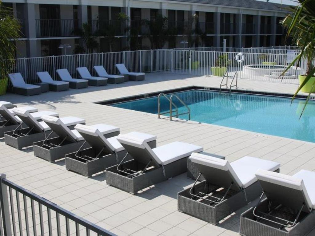 Swimming pool [outdoor] Clarion Inn and Suites Orlando