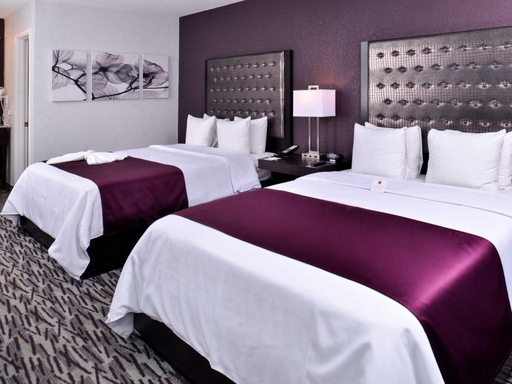 2 Queen Beds, Non-Smoking - Guestroom Clarion Inn & Suites Across From Universal Orlando Resort
