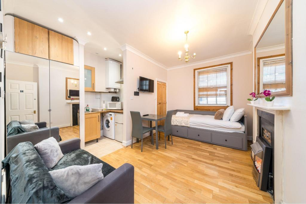 Best Price on Modern studio apartment on Piccadilly Circus in London ...