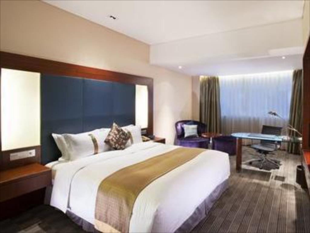 1 King Bed Deluxe Room Non-Smoking - Guestroom Holiday Inn Shanghai Pudong