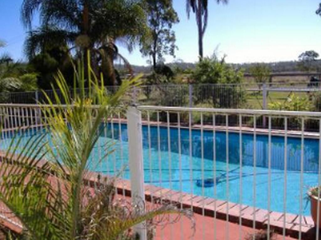 Swimming pool Lee Farmstay Cottages