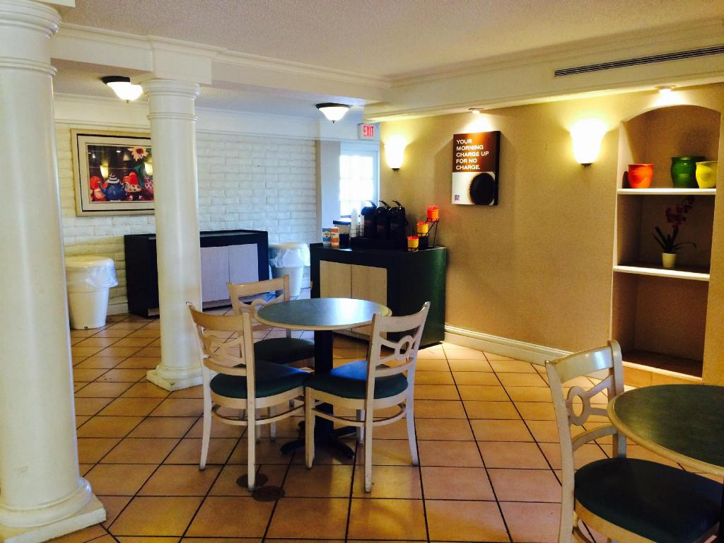 Vestabils Motel 6 Jacksonville FL Airport Area - South