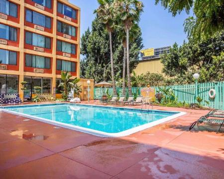Swimming pool [outdoor] Quality Inn and Suites Montebello - Los Angeles