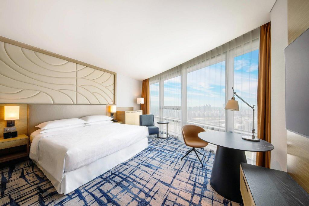 Deluxe King, Guest room, 1 King, City view Sheraton Seoul D Cube City Hotel