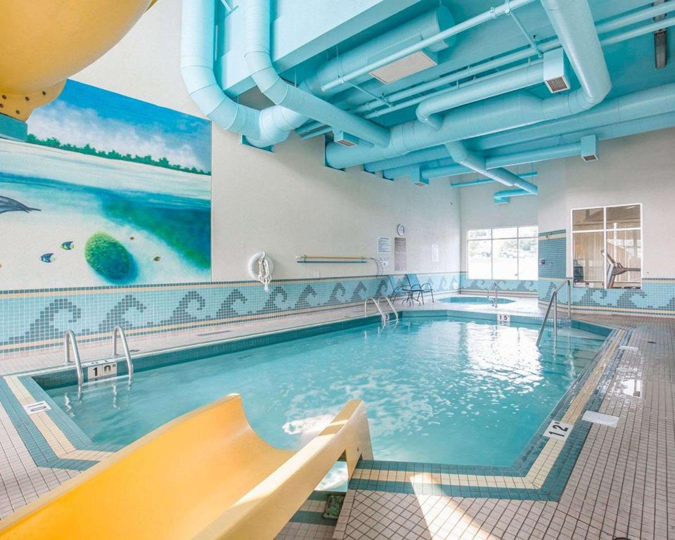 Swimming pool Comfort Inn & Suites South