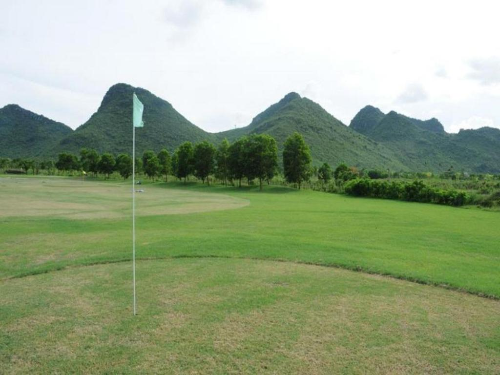 Lapangan golf di properti Cuc Phuong Resort And Spa