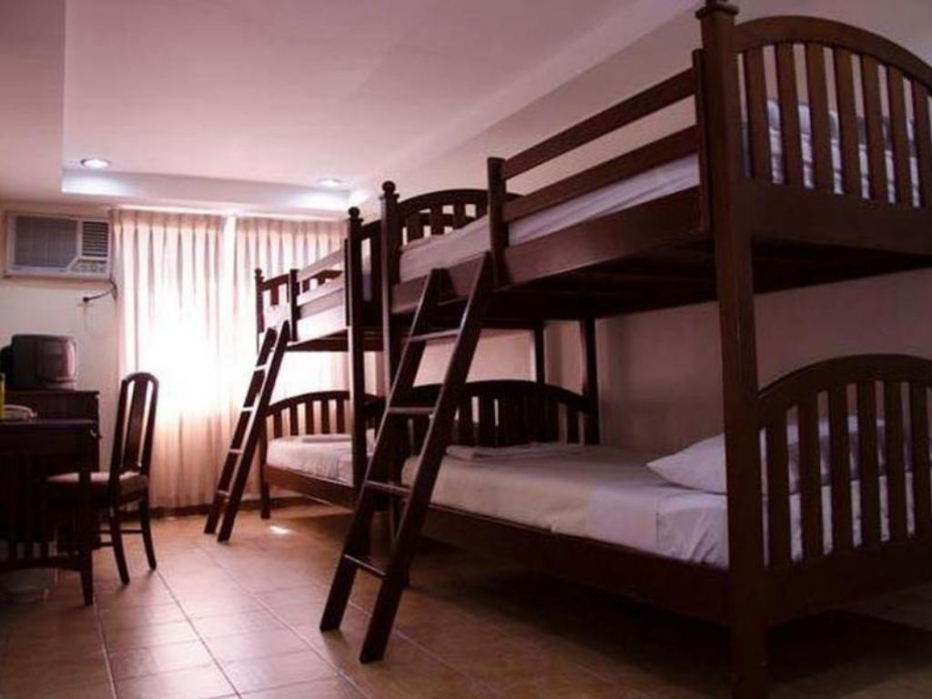 Economy Room Good for 4 pax - Guestroom Tagaytay Country Hotel