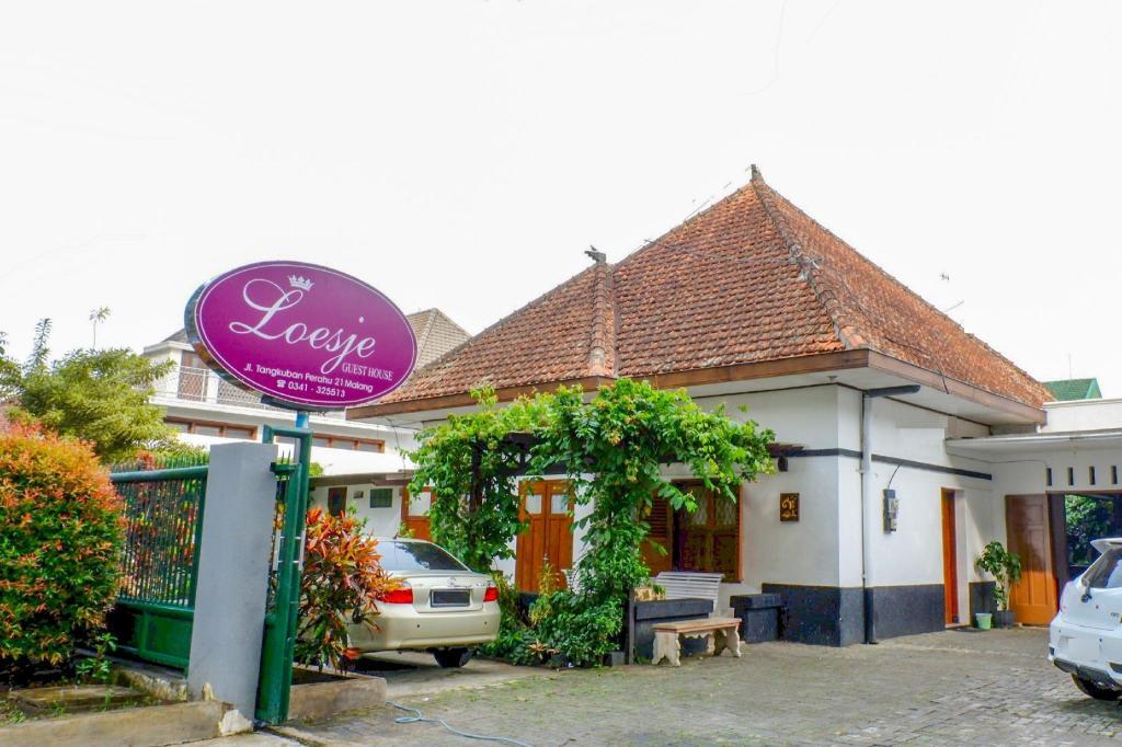 Oyo 353 Loesje Guest House Syariah Malang Booking Deals Photos Reviews