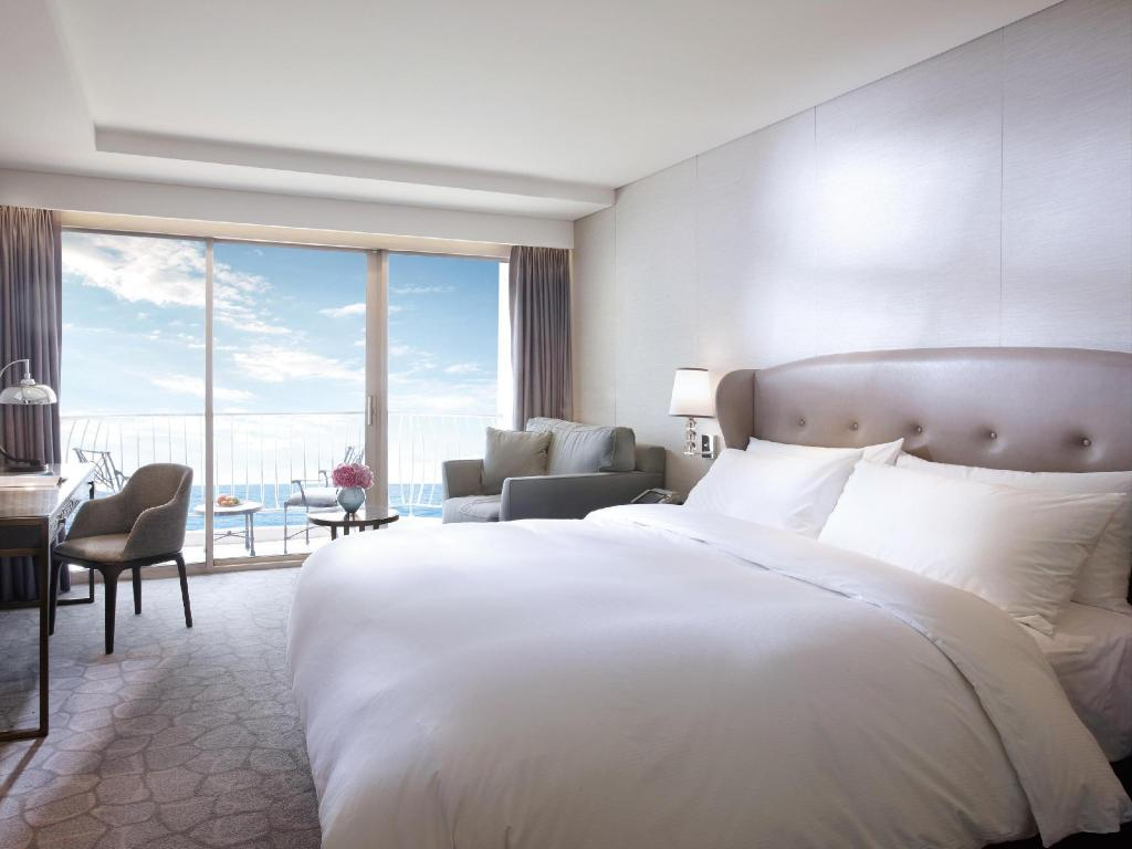 Annex Building Deluxe Ocean View Room with Terrace Paradise Hotel and Casino Busan