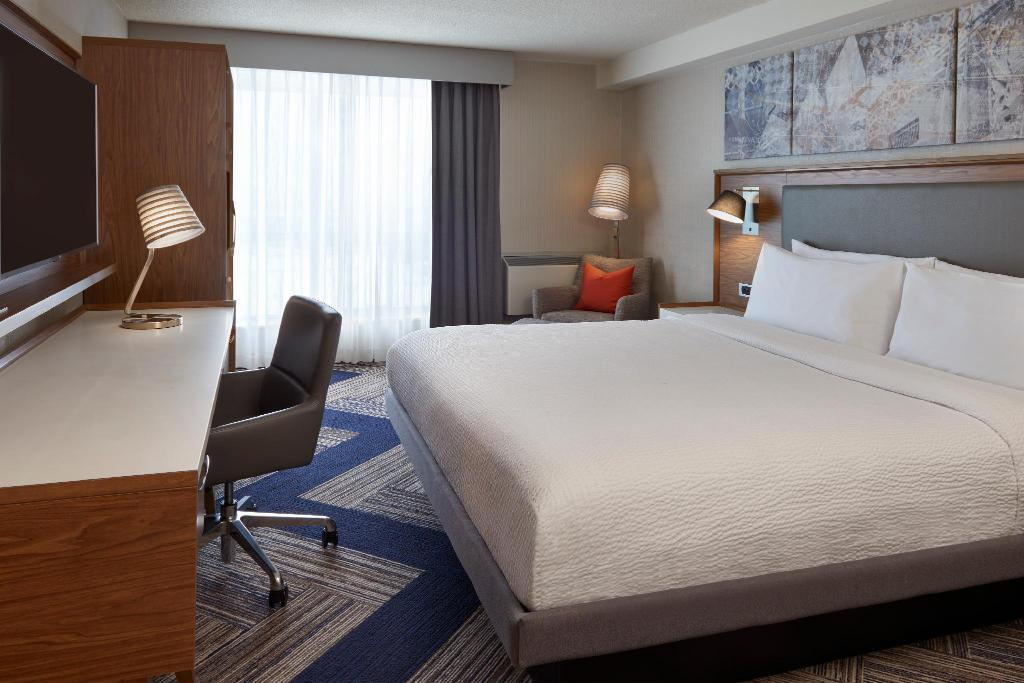Guest room, 1 King - Bedroom Four Points by Sheraton Toronto Airport East