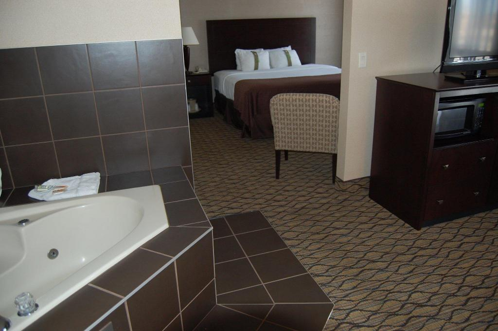 King Bed 2 Room Suite W Whirlpool Non-Smoking