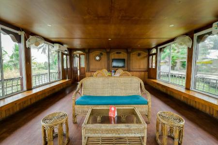 Лоби OYO 13589 HouseBoat My Trip Deluxe 4 BHK Private