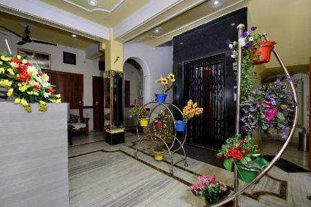 Лоби OYO 13086 Temple City Guest House
