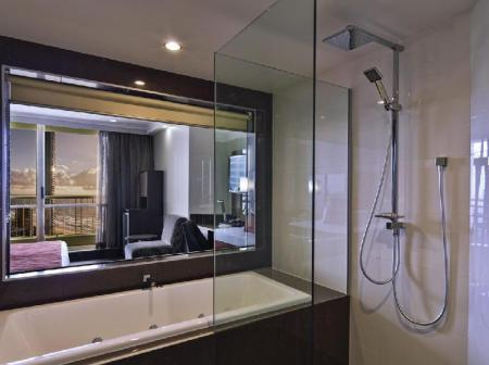 Bathroom Novotel Surfers Paradise