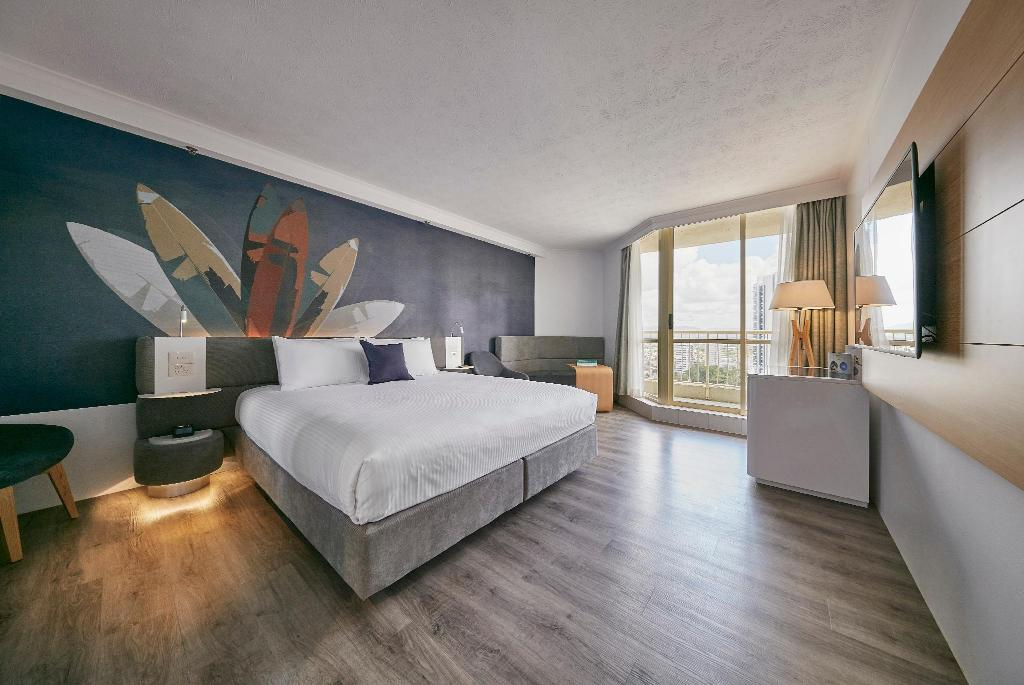 Deluxe Hinterland View Room with King Bed - Bed Novotel Surfers Paradise