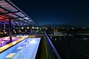 248 Street Hostel (Rooftop Bar and Pool)
