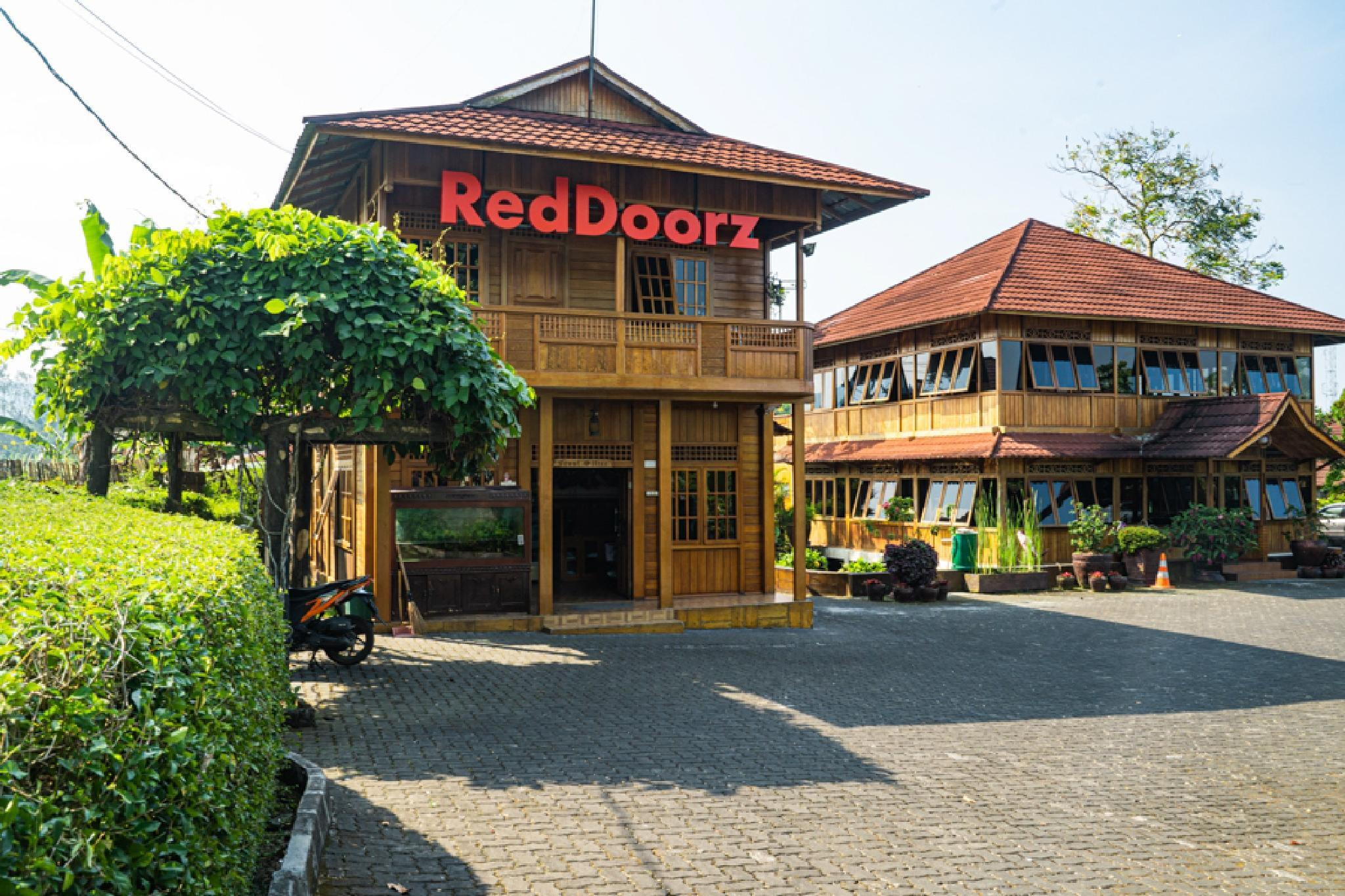 Reddoorz Plus Near Kota Bunga Cipanas Hotel Puncak Deals Photos Reviews