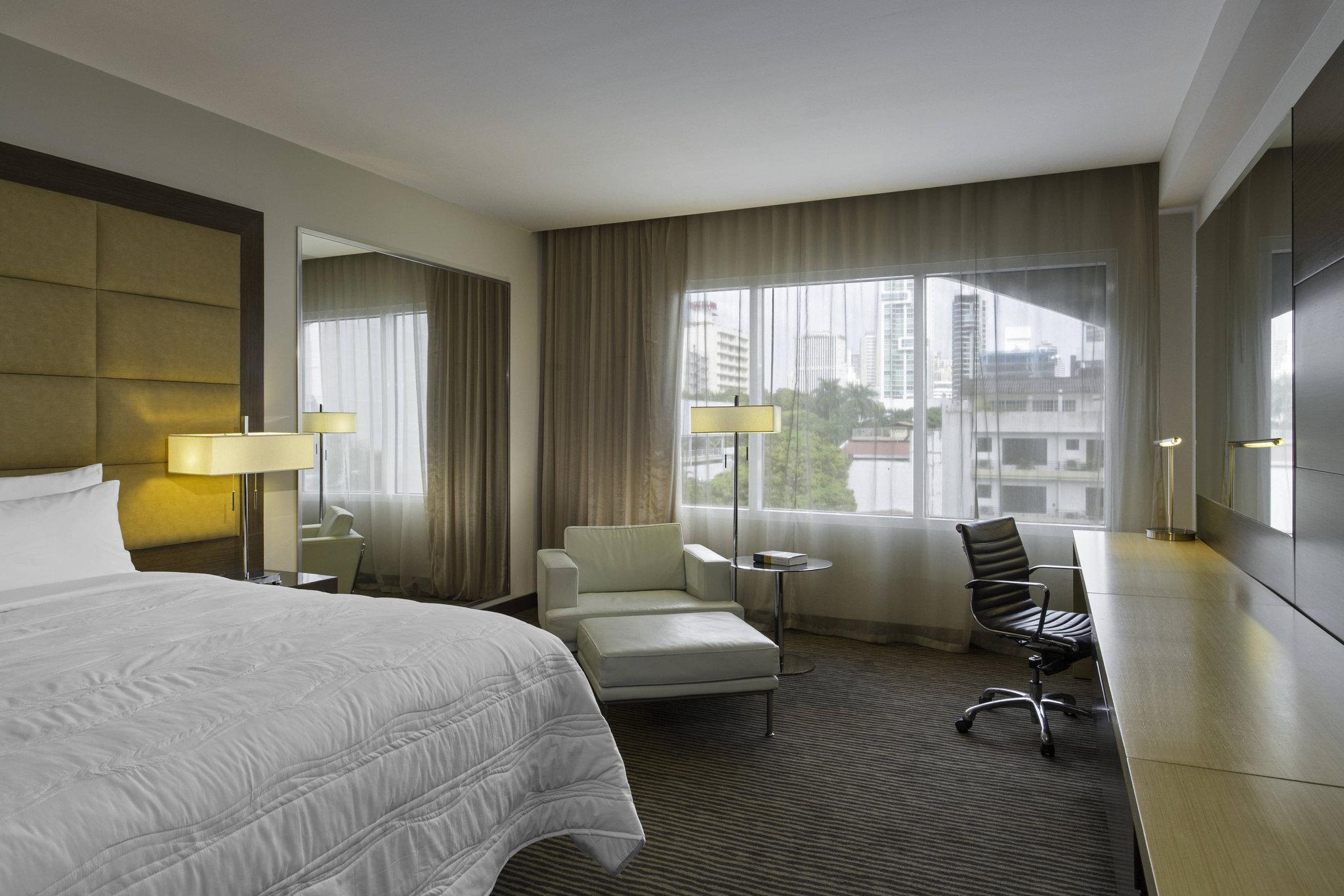 Executive, Club lounge access, Guest room, 1 King, City view