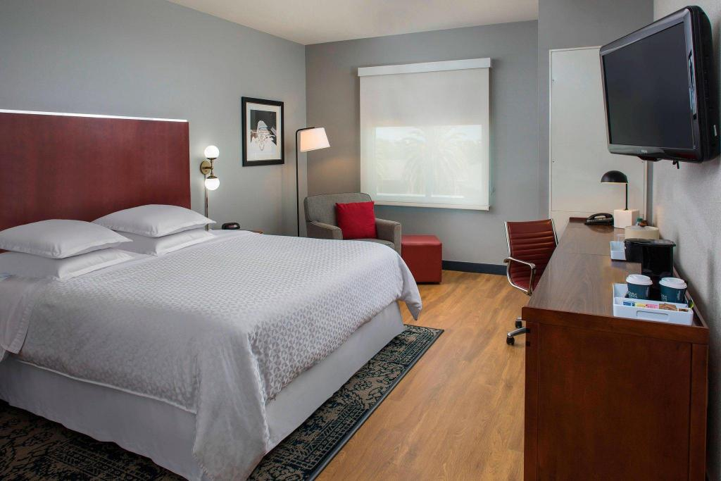 Guest room, 1 King Four Points by Sheraton Houston Hobby Airport