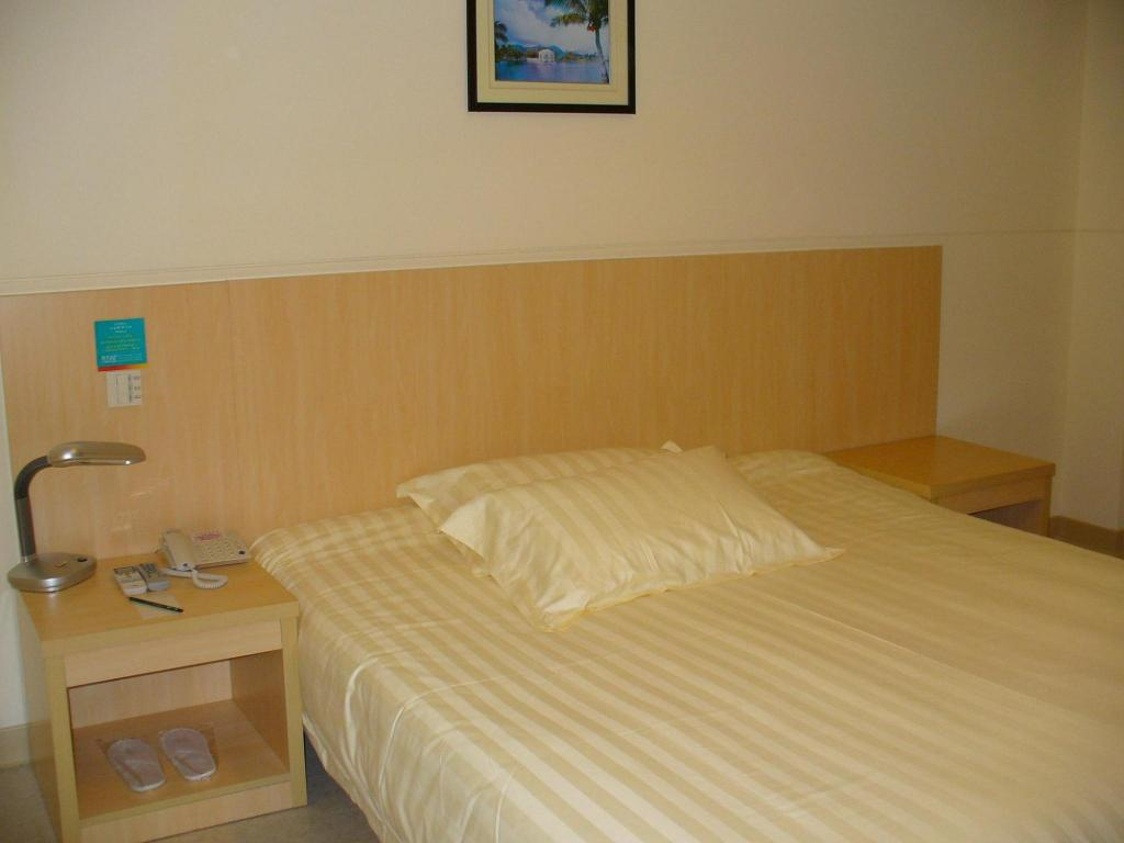 Business Queen Room with Breakfast 7 Days Inn Shanghai West Yanan Road Subway Station Branch