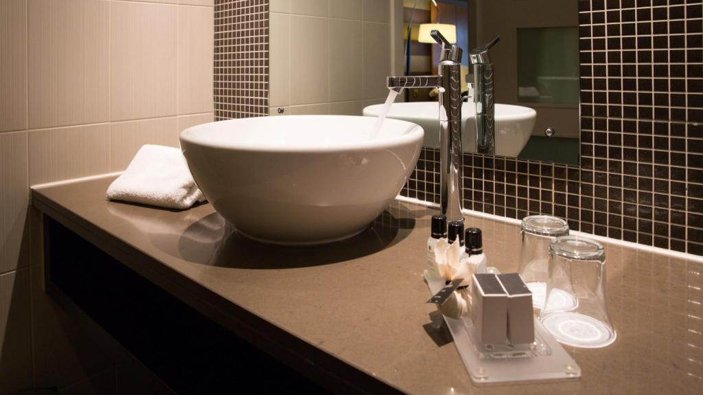 Badkamer DoubleTree by Hilton Stratford-upon-Avon, United Kingdom