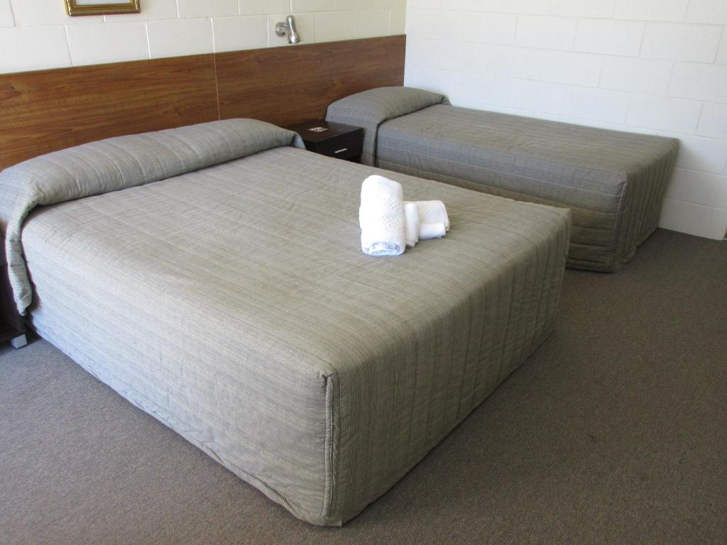 Twin Room with Queen and Single Bed - Bed Waterview Motel Maclean