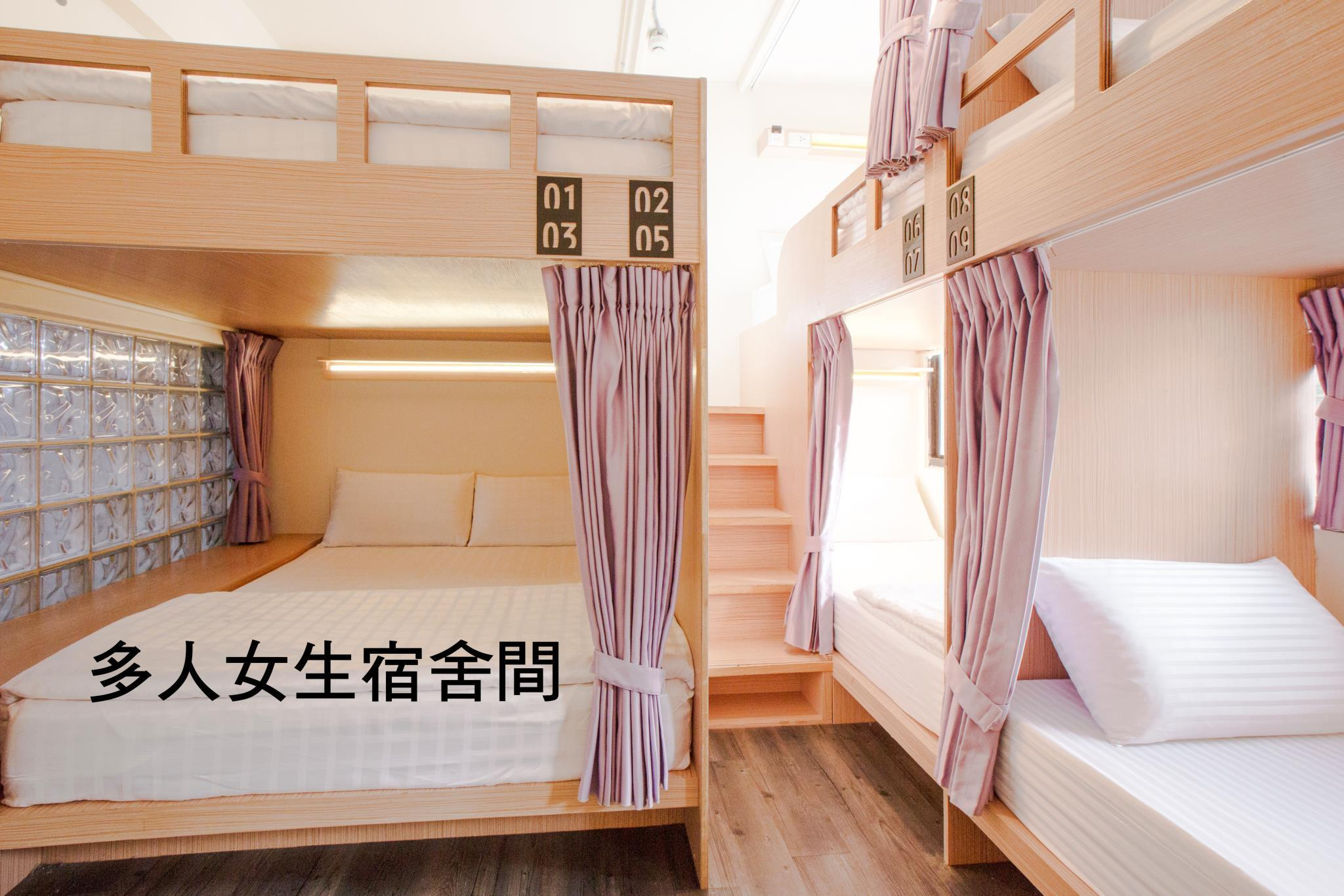 女性宿舍房的雙人床 (Double Bed in Female Dormitory Room)