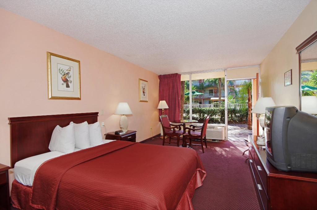 Guestroom Howard Johnson by Wyndham Tropical Palms Kissimmee